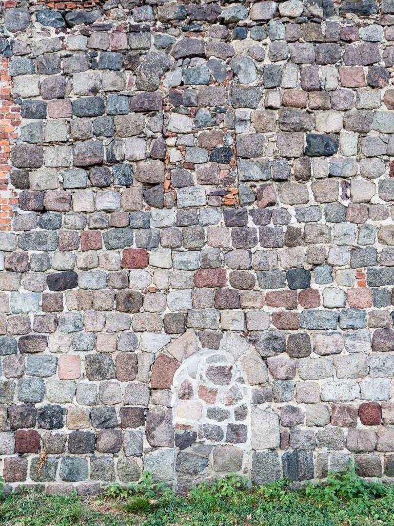 Dorfkirche Grunow Gemeindepforte und Rundbogenfenster, beide zugesetzt. Schiff Südwand