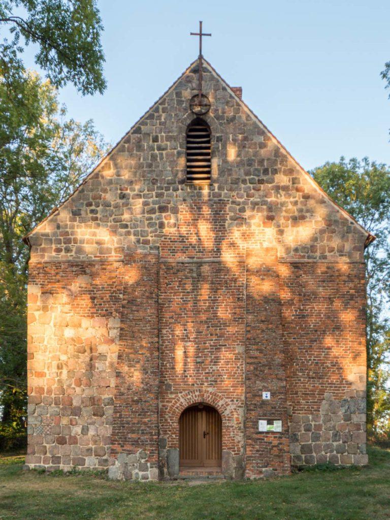 Westfassade mit Stützpfeilern und Portal
