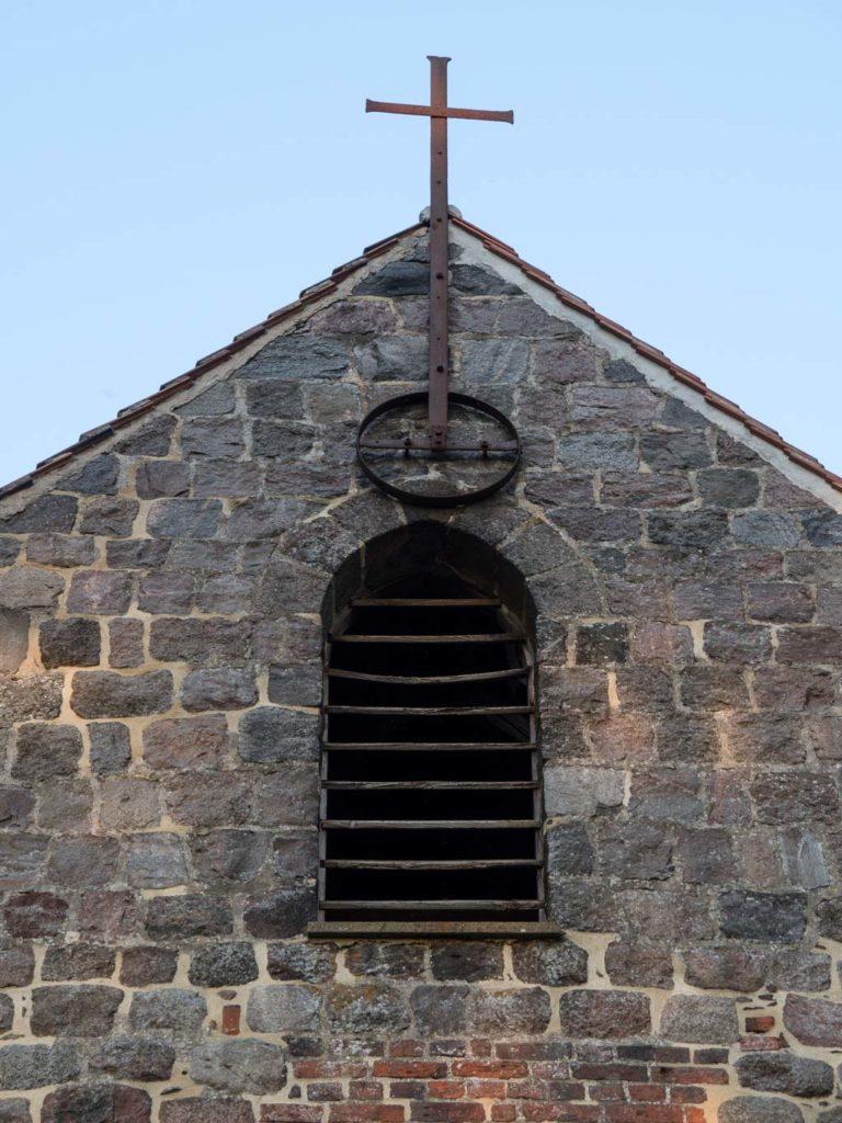 Originale Klangarkade und lateinisches Kreuz im Giebel der Westwand