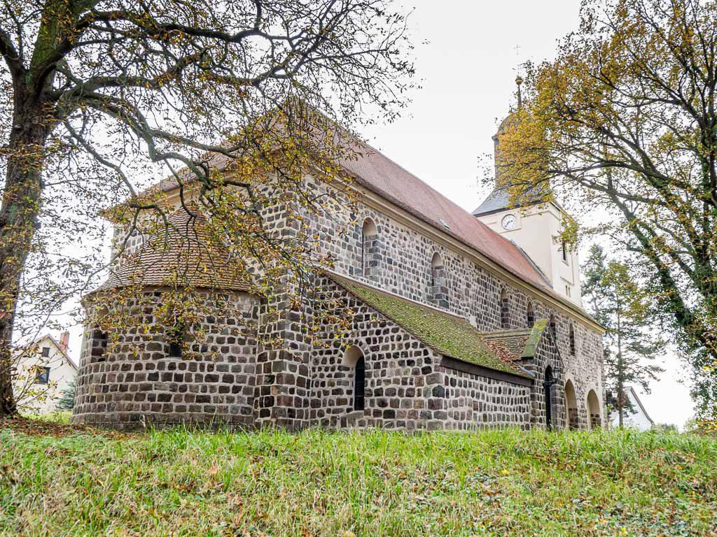 Kirche Hohenfinow aufgenommen von Nordost in erhöhter Lage.