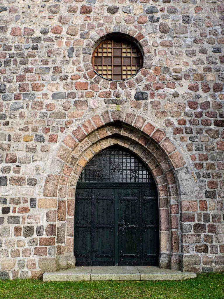Kirche Hohenfinow Westportal und Rundfenster