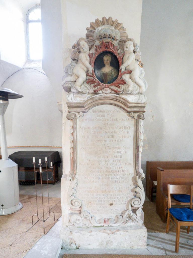 Epitaph für die Tochter des Gutsinspektors Ballaunen aus dem 18. Jahrhundert
