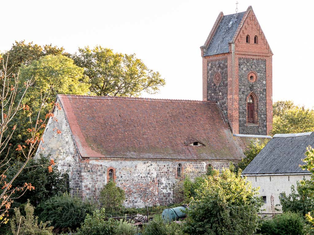 Dorfkirche Prädikow, eine ehemalige romanische Basilika. Ansicht von Nordost
