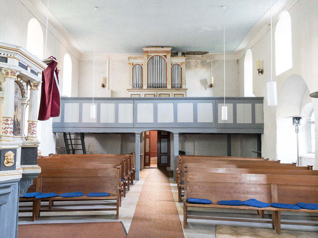 Empore und Orgel. Rechts eine Arkaden des nördlichen Seitenschiffs.