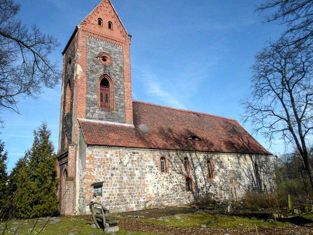 Dorfkirche Prädikow, eine ehemalige romanische Basilika. Ansicht von Südwest