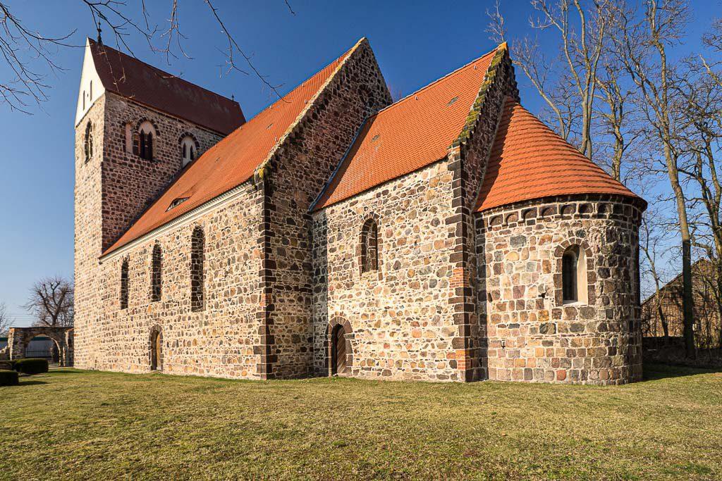 Dorfkirche Riedebeck. Staffelung der vierteiligen Anlage von Südost
