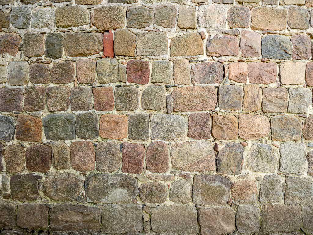 Hochqualitative Ausführung des Mauerwerks. Alle Steine sind 5-seitig behauen und so ausgewählt und eingebaut, dass kaum Mörtel benötigt wurde. Dorfkirche Preußnitz, Schiff Nordseite.