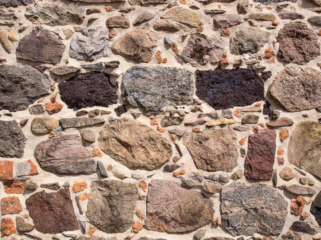Burg Ziesar. Mit Ziegelsplittern verzwickeltes Mauerwerk aus kaum bearbeiteten Steinen.