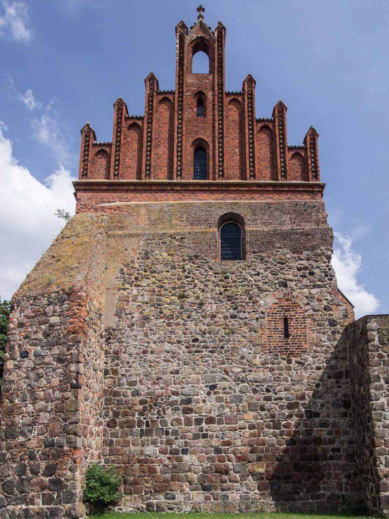 Burg Ziesar, Burgkapelle. Entwicklung des Mauerwerks der Westfassade bis zum gotischen Backsteingeschoss.