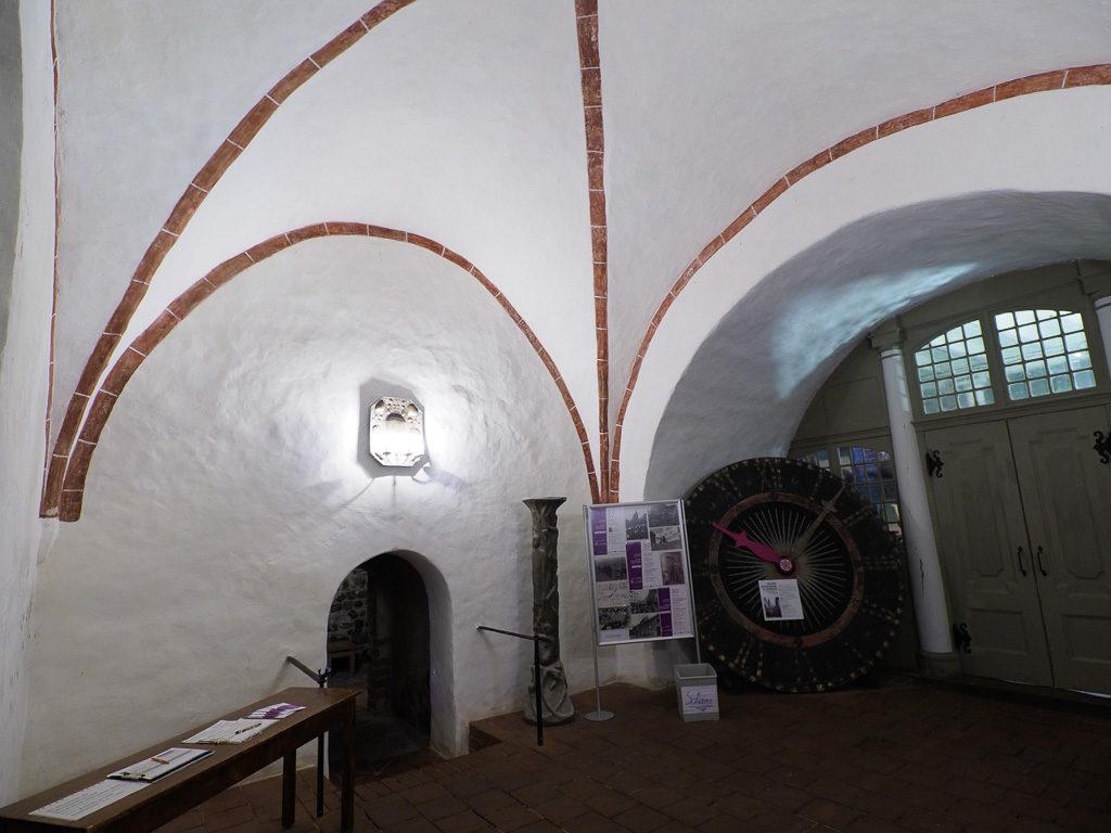 St. Gotthardskirche Gewölbe im Eingangsbereich des Turms. Barocke Kirchturmuhr.