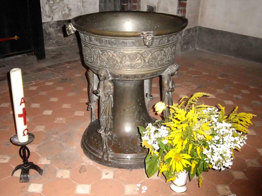 Spätromanische bronzene Taufschale aus dem 13. Jahrhundert