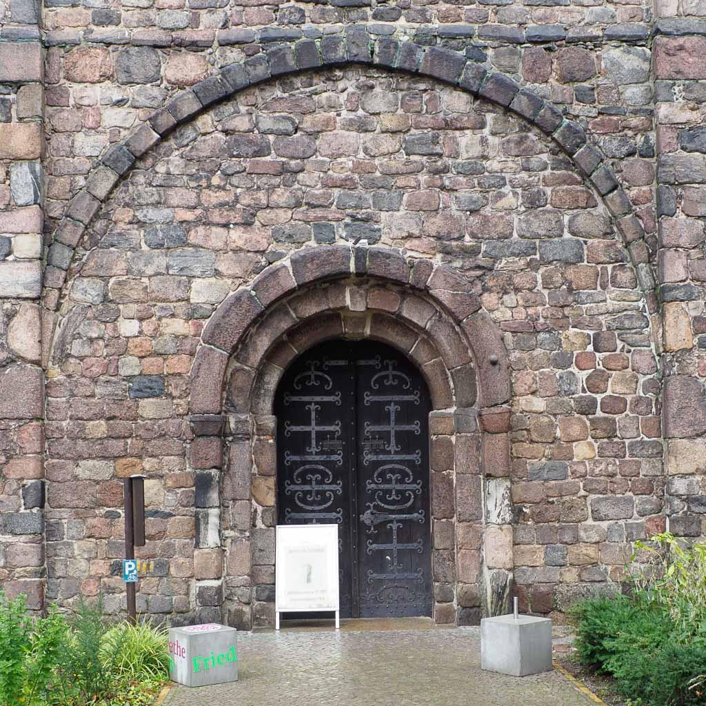 St. Gotthard Romanisches Westportal in der Feldsteinfassade