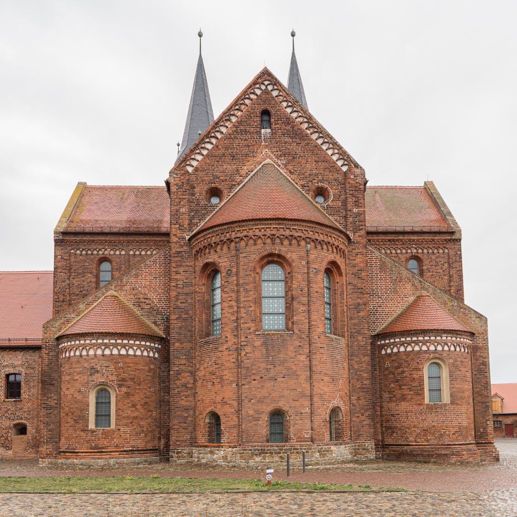 Stiftskirche Jerichow. Ansicht von Ost auf Apsis, Nebenchöre mit Nebenapsiden, Chor und Querschiff