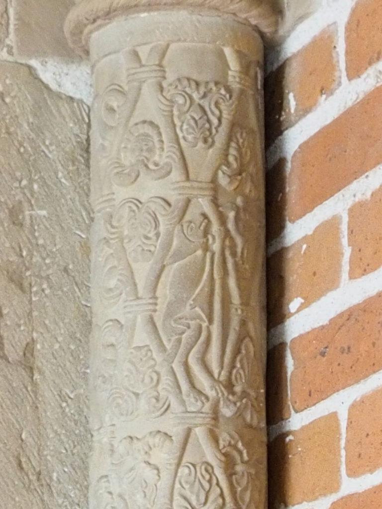 Darstellung der Gänsepredigt. Detail einer Säule am Eingang zum Chor.