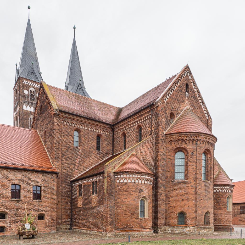 Stiftskirche Jerichow. Ansicht von Südwest auf Apsis, Nebenchore mit Nebenapsis, Chor und Querschiff