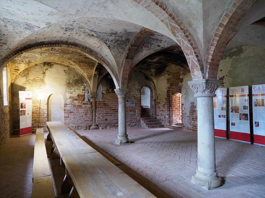 Winterrefektorium, Blick nach Süden. Die hintere Wand wurde nachmittelalterlich eingebaut.