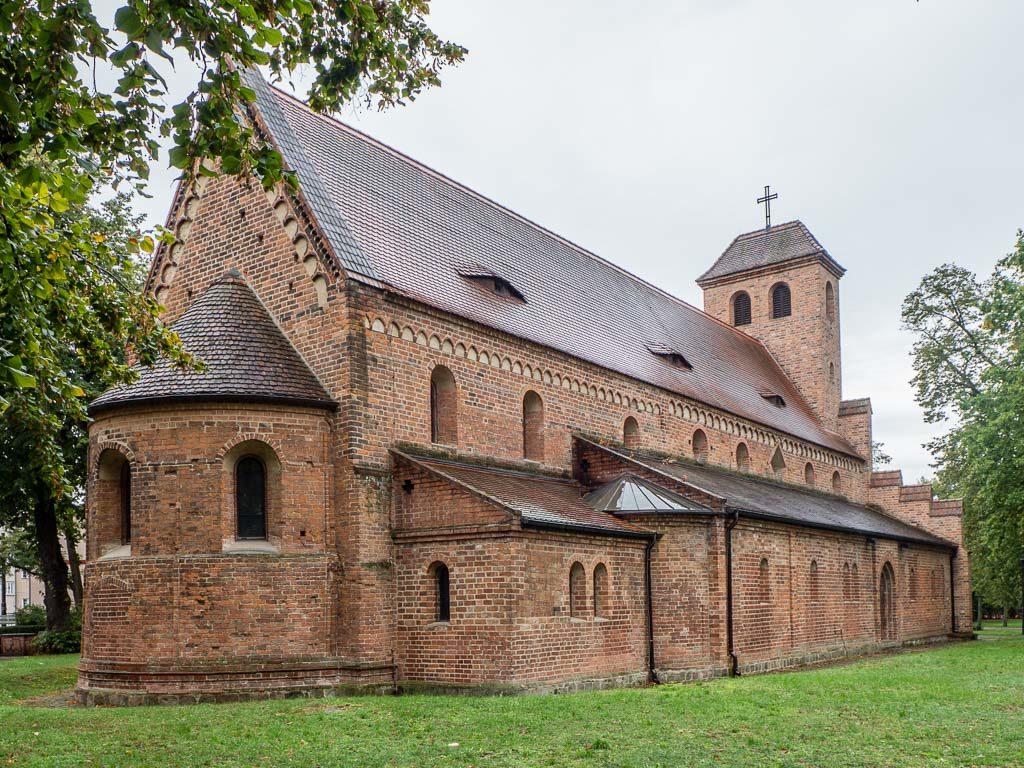 St. Nikolaikirche. Ansicht der romanischen Backstein-Basilika von Nordost