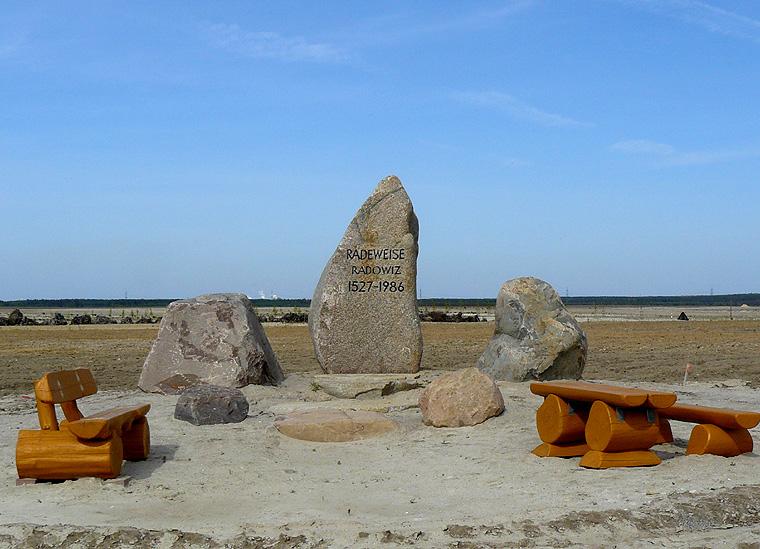 Geologie der Region Berlin - Brandenburg. Die Gedenkstätte für den Ort Radeweise steht an der ehemaligen Ortsmitte