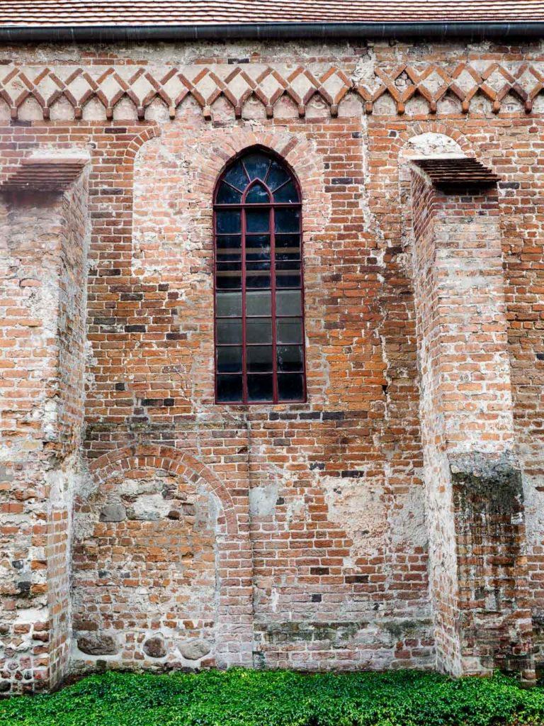 Romanische Reste in der Nordwand des Schiffs: Zwei Rundbogenfenster und die Gemeindepforte.