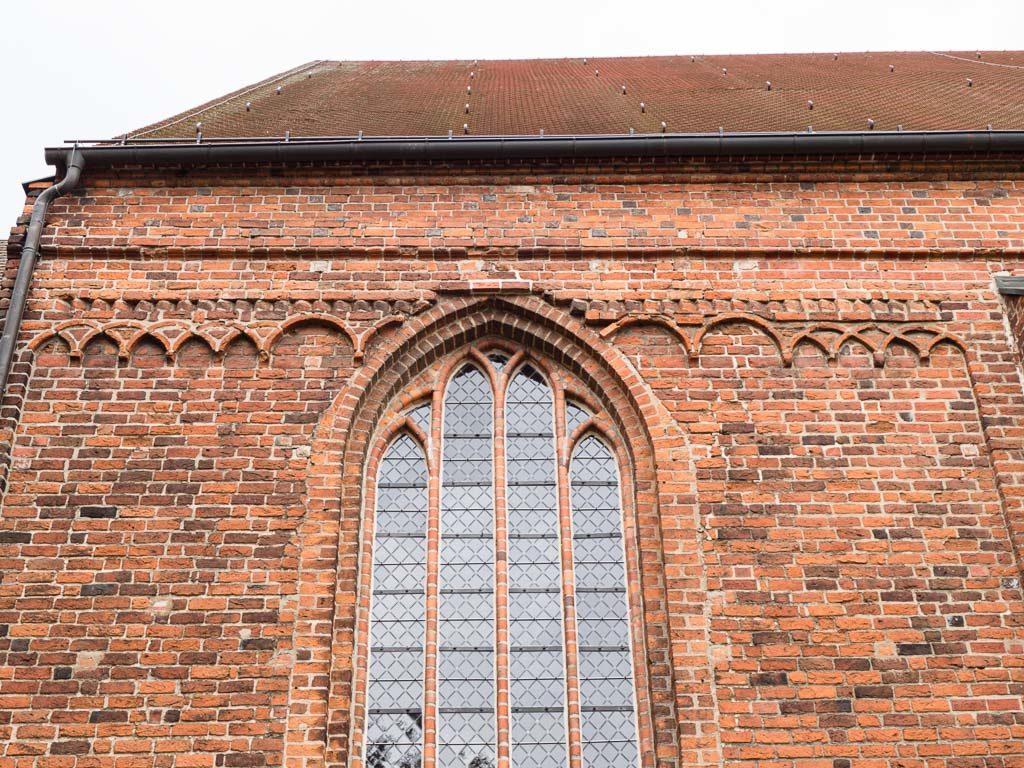 Stadtkirche Rathenow. Romanische Reste an der Nordfassade des Schiffs. Kreuzbogenfries. Deutsches Band.