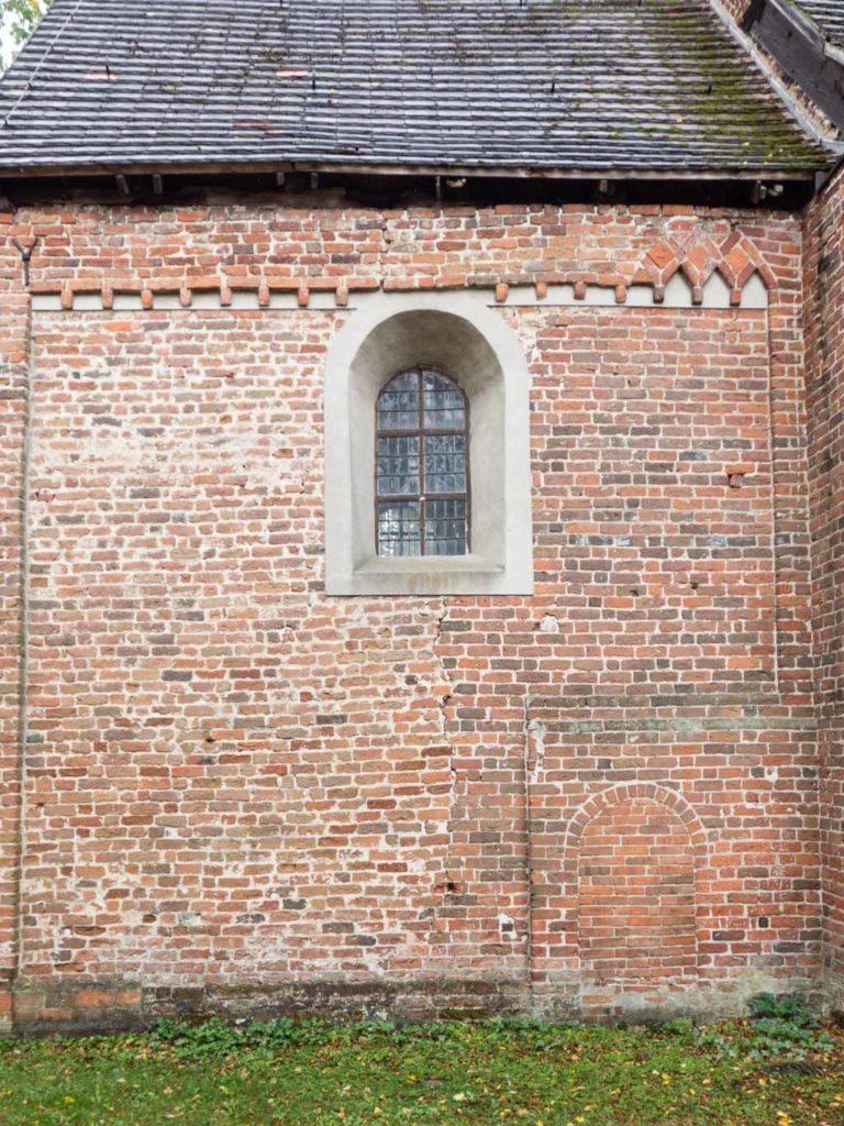 Dorfkirche Wust. Zugestzte Priesterpforte in der Nordwand des Chors