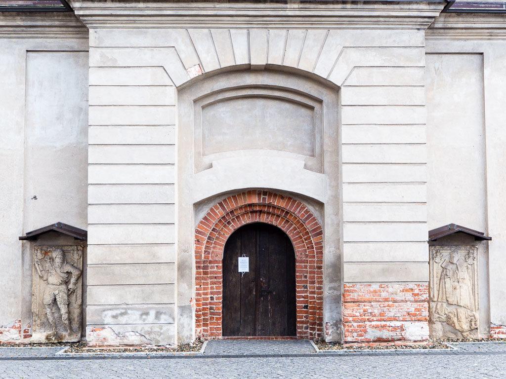 Westfassade mit freigelegtem romanischen Portal