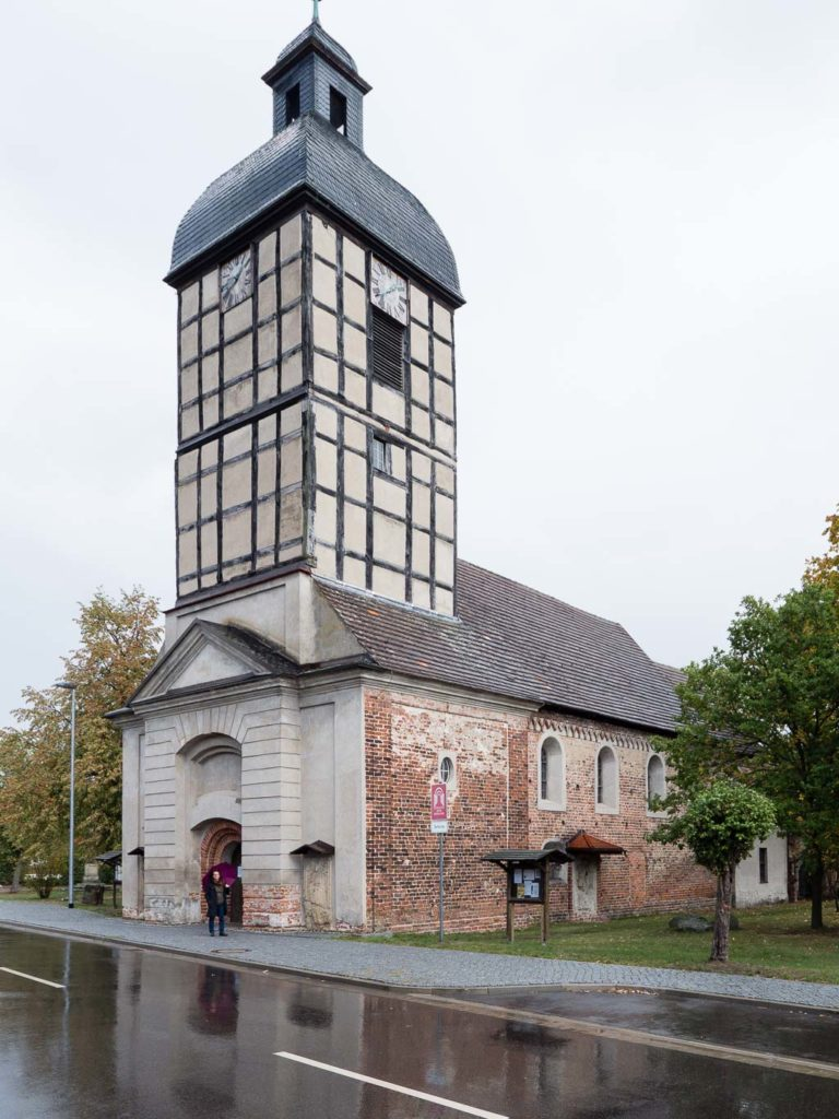 Backsteinroute Jerichower Land. Dorfkirche Wust Ansicht von Südwest mit barockem Turm