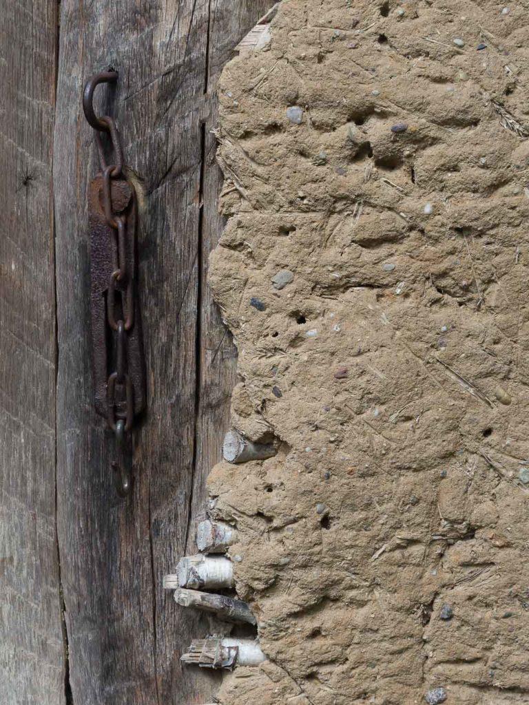 Detail einer Türzarge mit Übergang zum lehmverputzten Wandflechtwerk