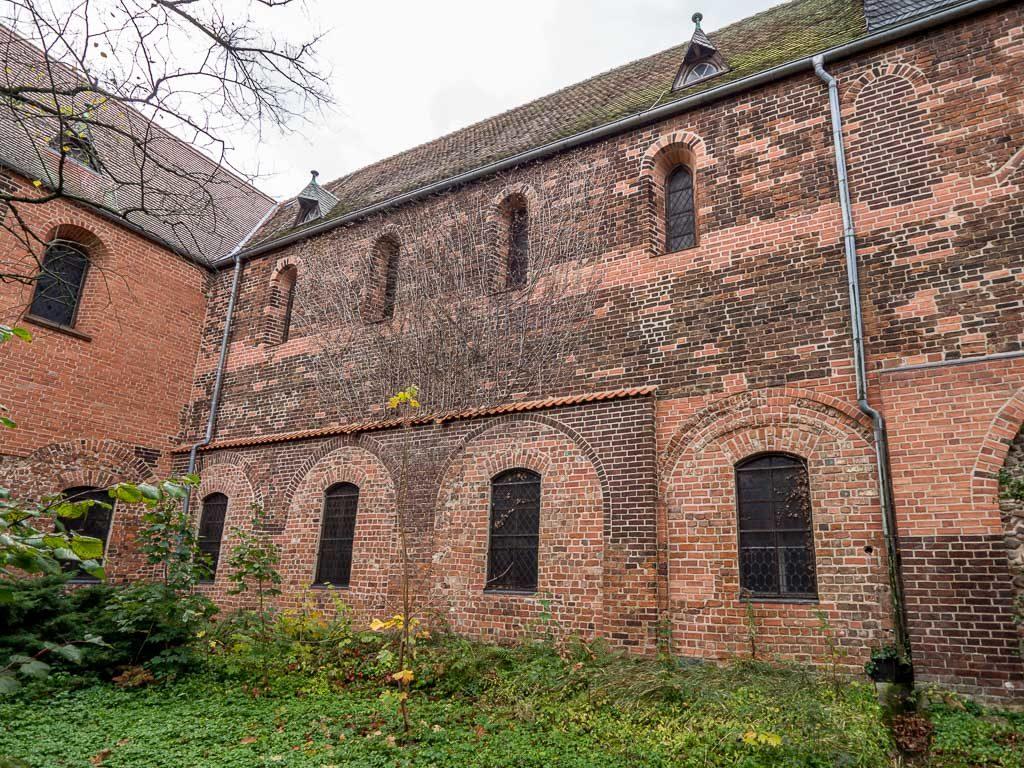 Liebfrauenkirche Jüterbog Nordfassade des Schiffs mit originalen Rundbogenfenstern und Relikten des abgerissenen Seitenschiffs