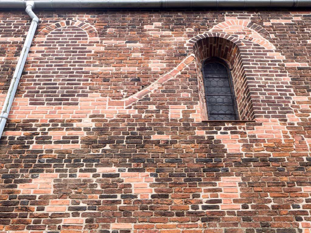 Liebfrauenkirche Jüterbog zugesetzte Rundbogenfenster in der Nordwand des Schiffs