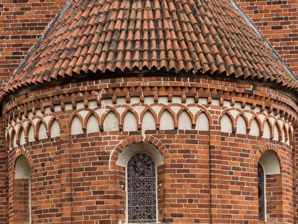 Dorfkirche Redekin Rundbogenfenster, Kreuzbogenfries, Zinnenfries und Deutsches Band, Apsis