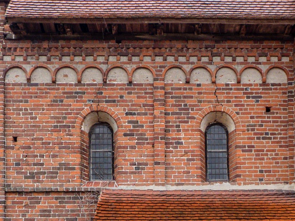 Dorfkirche Redekin Rundbogenfenster, Rundbogenfries, Zinnenfries und Deutsches Band, Chor Nordwand