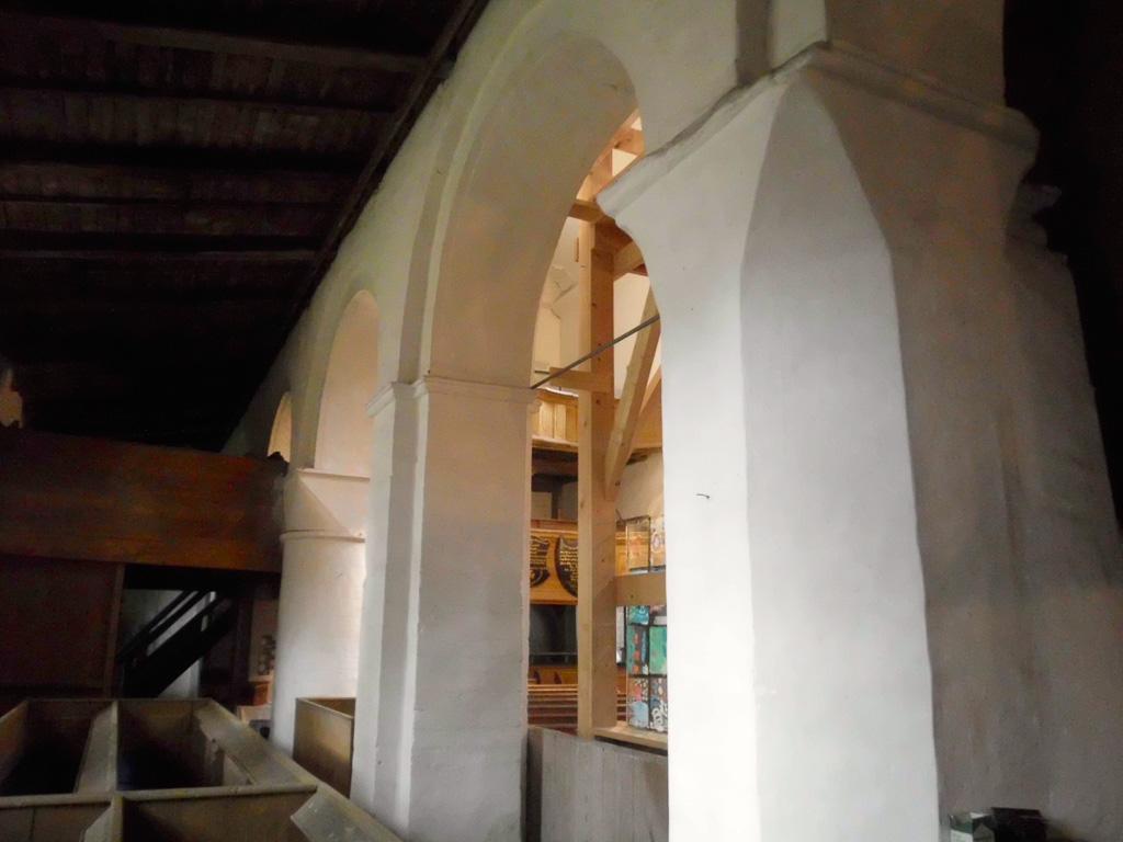 Innenansicht der Arkaden des Seitenschiffes
