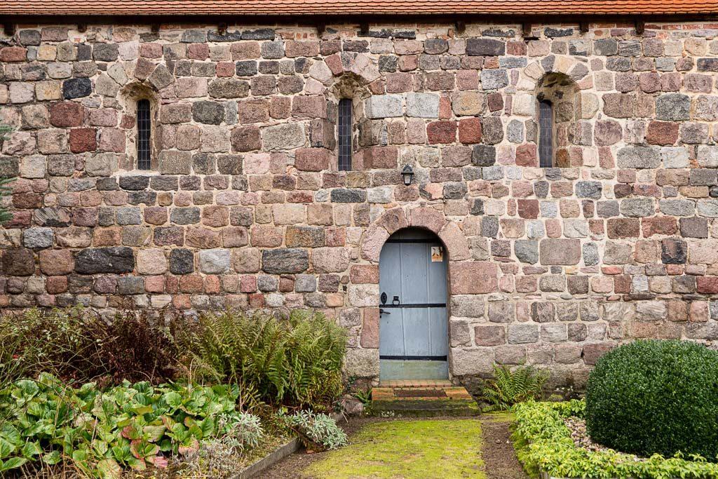 Dorfkirche Werder Jüterbog Nordwand des Schiffes mit originalen Rundbogenfenstern und Portal