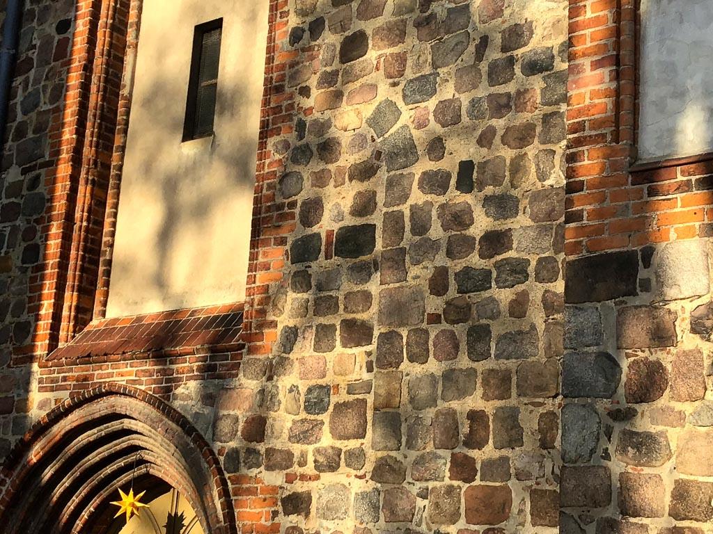 Nikolaikirche Pritzwalk. Zugesetztes romanisches Fenster in der Südfassade des Hauptschiffes.