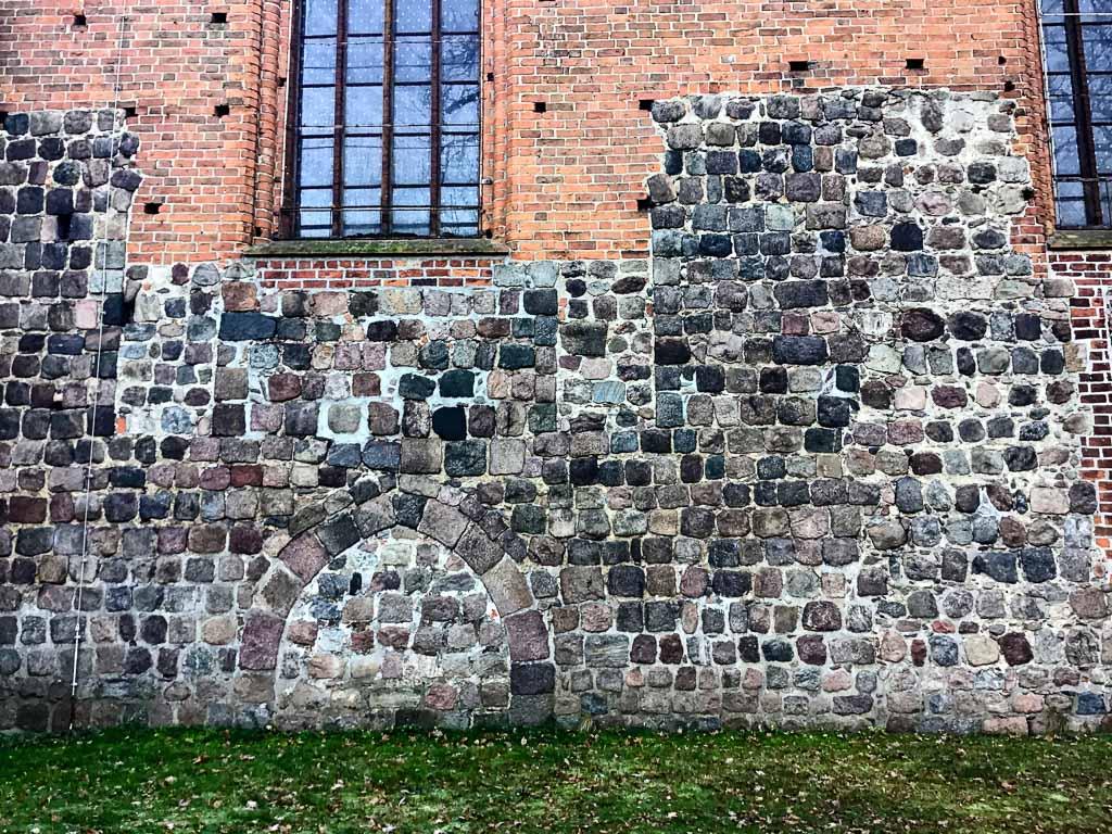 Nikolaikirche Pritzwalk. Portal unbekannter Bestimmung und zugesetzte Fenster in der Nordfassade des Hauptschiffs