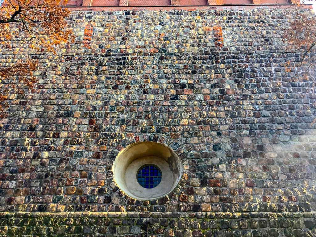 Nikolaikirche Pritzwalk Westfassade. Zugesetzte romanische Klangarkaden.