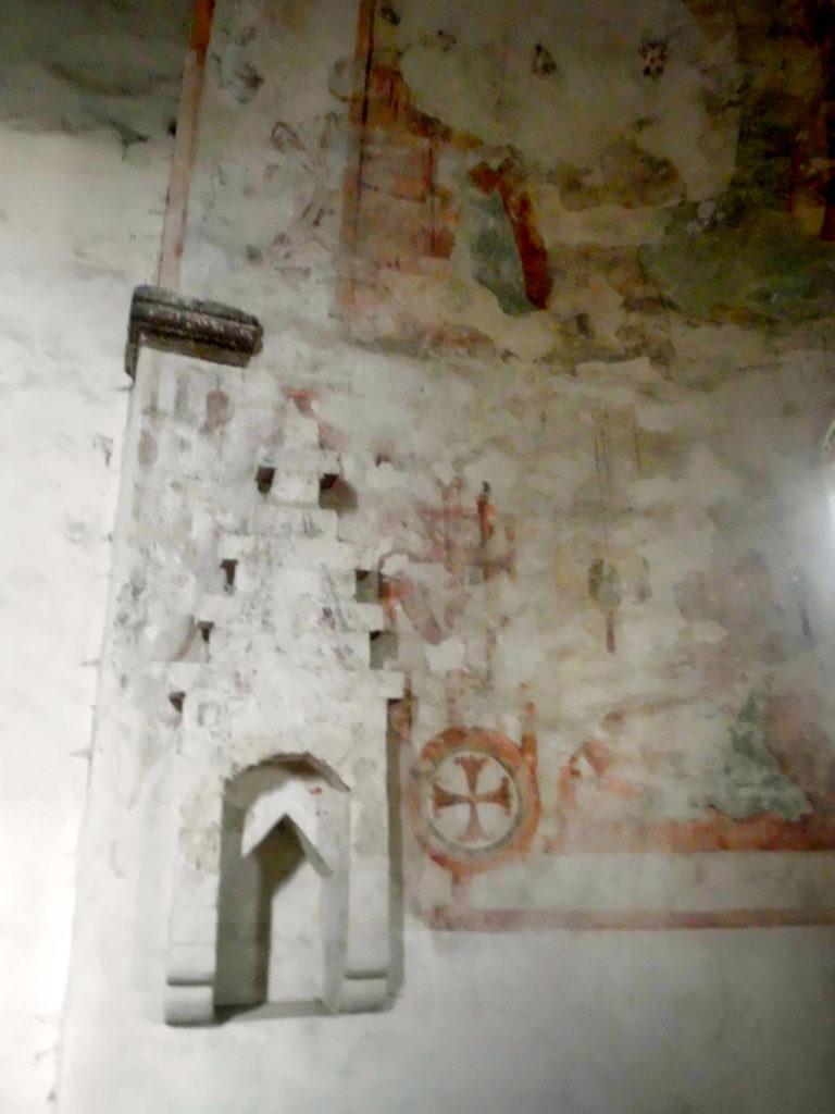 Dorfkirche Riedebeck Gotische Sakramentsnische und Weihekreuz.
