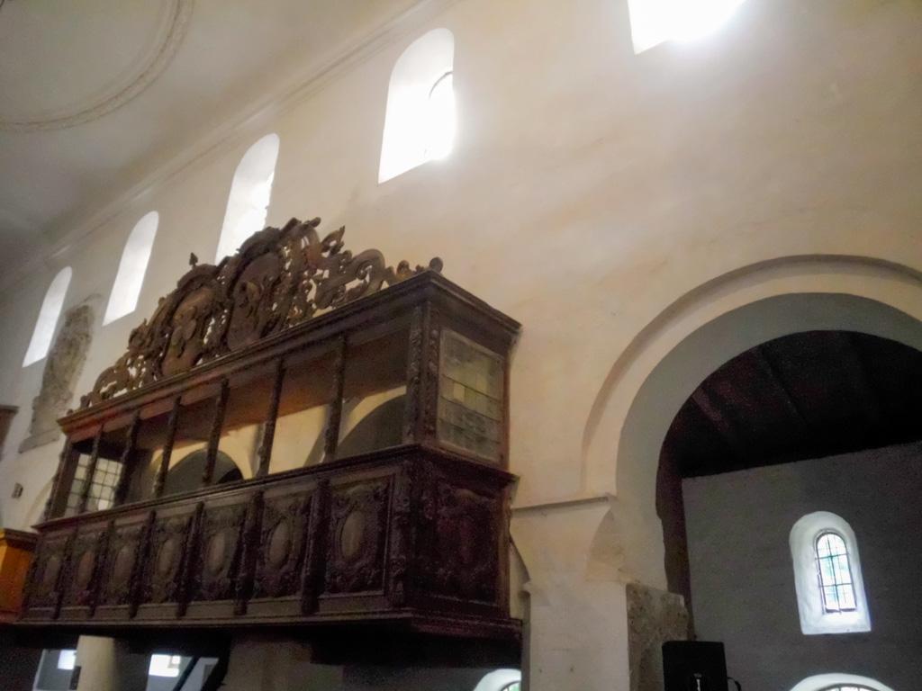 Kirche Schönhausen. Beispiel für den Lichteinfall in das Langschiff durch Obergadenfenster zur Zeit der Romanik.