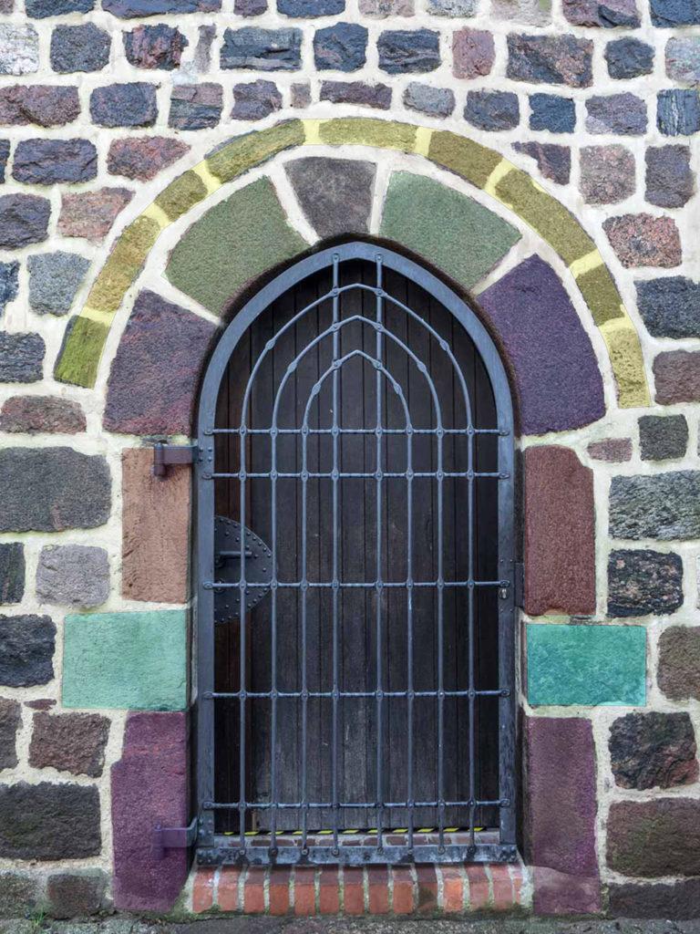 Symmetrische Anordnung der speziell ausgesuchten und bearbeiteten Feldsteine im Gewände einer Gemeindepforte. Dorfkirche Stahnsdorf