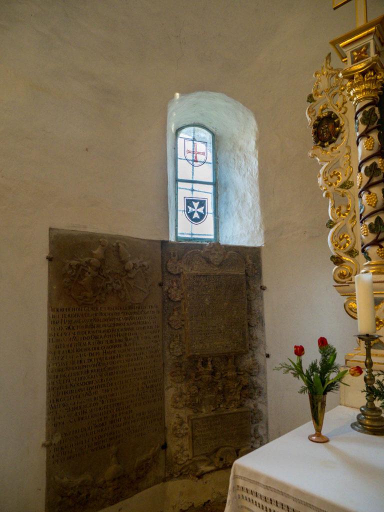 Dorfkirche Tempelberg Innenraum nördliches Apsisfenster und Epitaphe