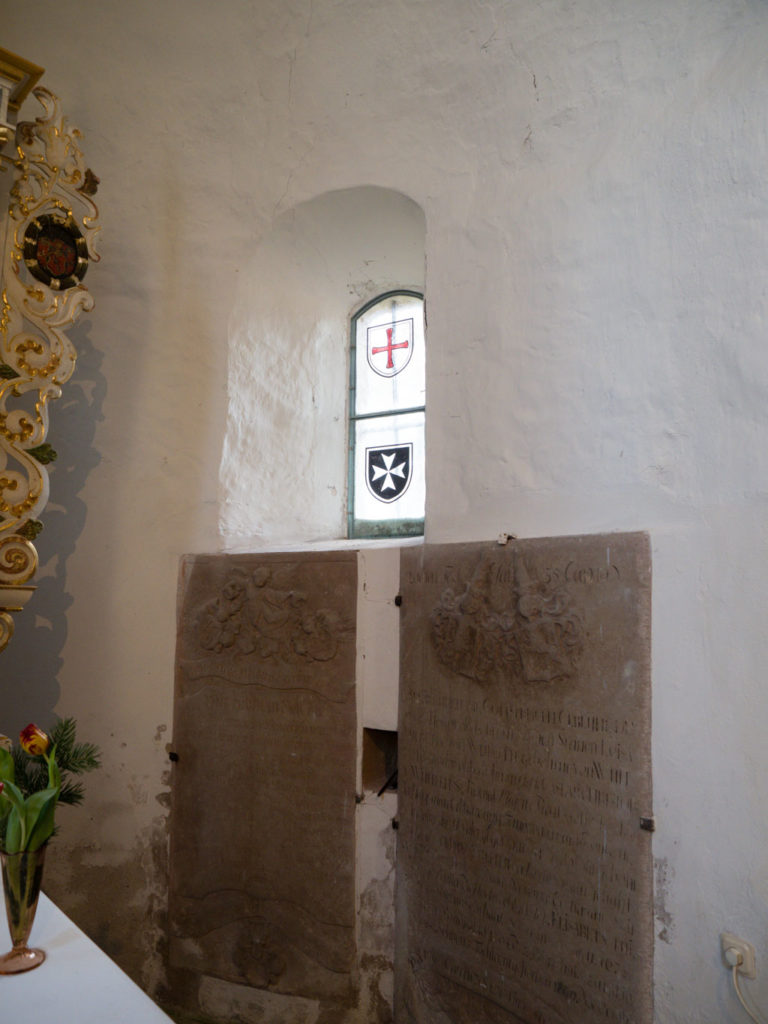 Dorfkirche Tempelberg Innenraum südliches Apsisfenster und Epitaphe