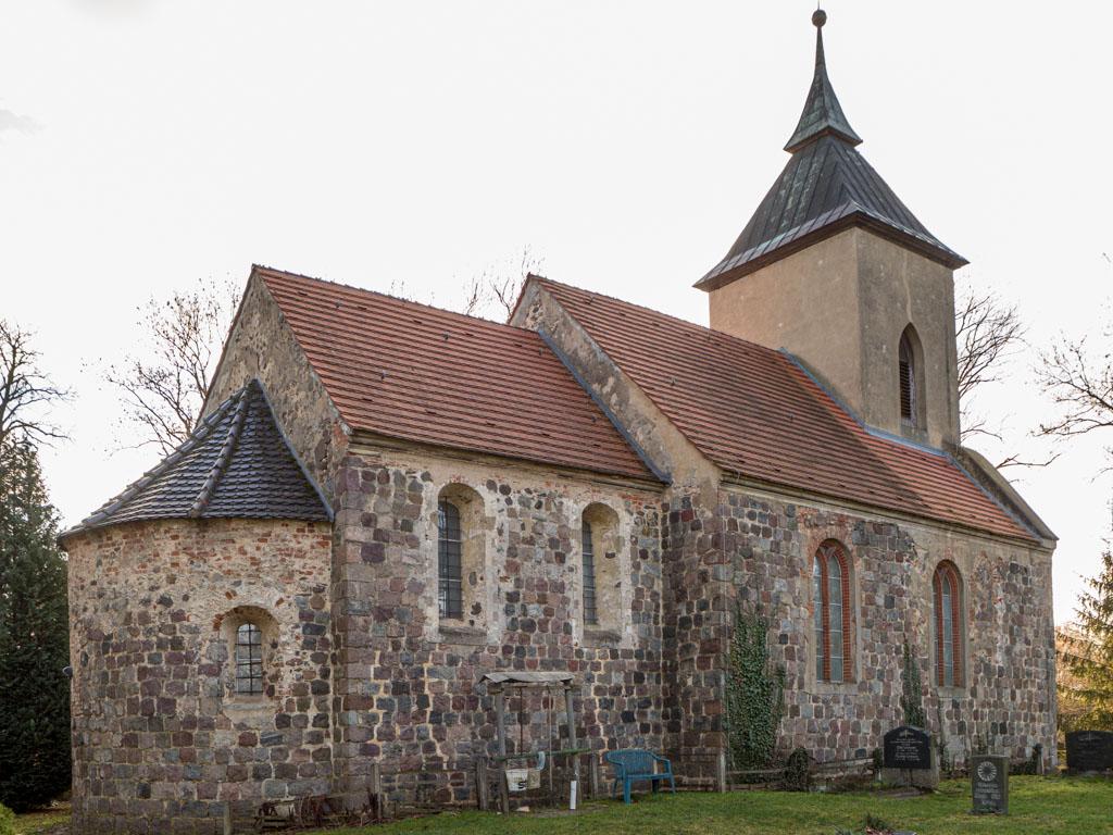 Dorfkirche Tempelberg Staffelung der dreiteiligen Anlage. Ansicht von Nordost