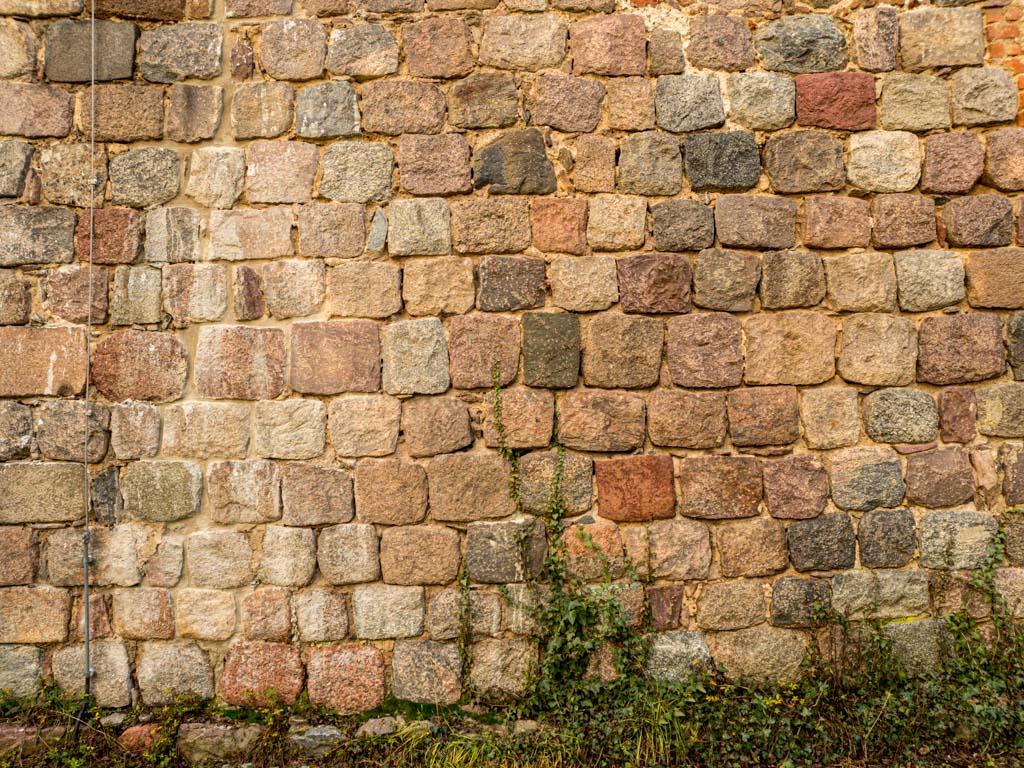 Lagiger Aufbau des exakt gequaderten Mauerwerks