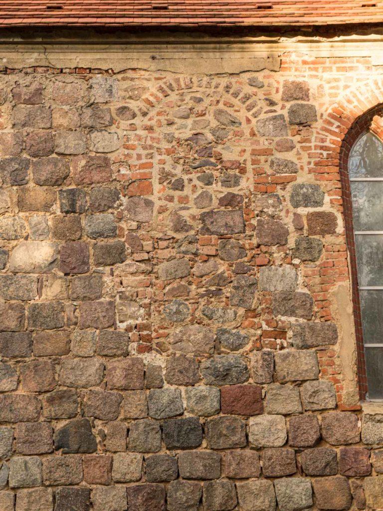 Dorfkirche Tempelberg Zugesetztes Rundbogenfenster in der Südwand des Schiffes
