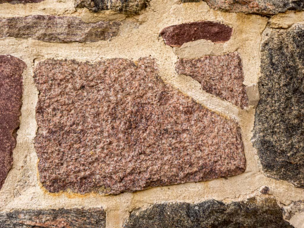 Kirche Waltersdorf. Zerbrochener Granit
