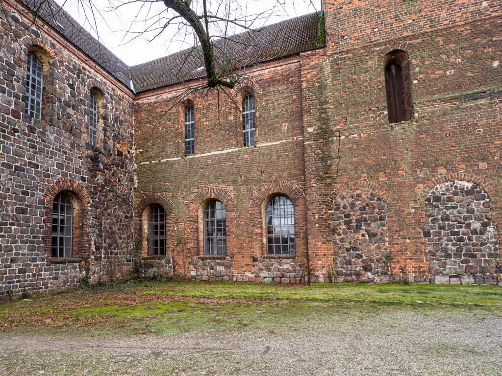 Stadtkirche Zahna-Elster. Nordseite des Hauptschiffs, Querschiff und Westriegel mit den Relikten des abgerissenen Seitenschiffs.