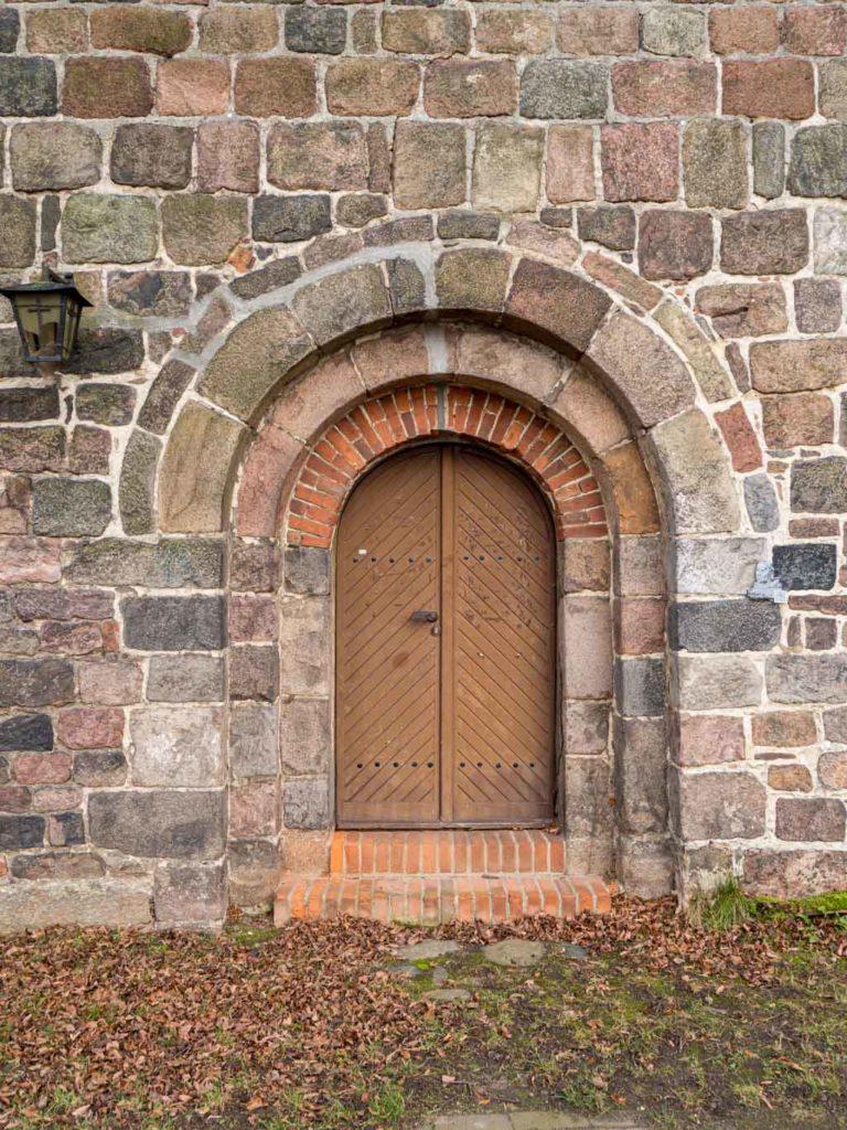 Stadtkirche Zahna-Elster. Portal mit Begleitbogen im nördlichen Querschiff.