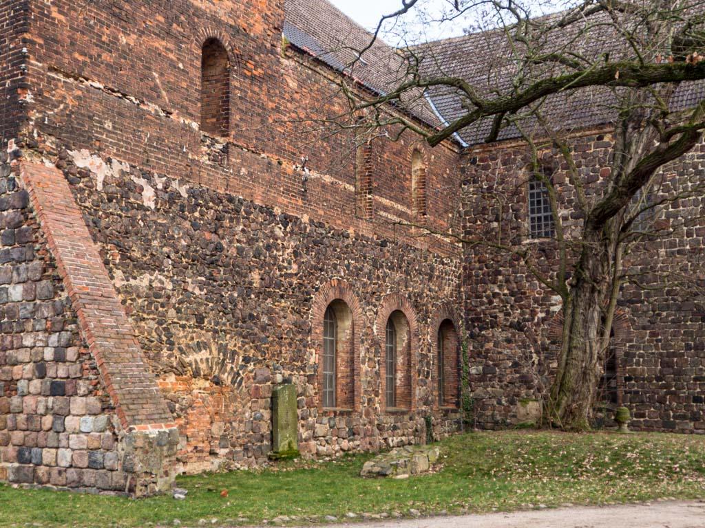 Stadtkirche Zahna-Elster. Südwand des Hauptschiffs mit Relikten des abgerissenen Seitenschiffs, Obergaden und Querschiff.