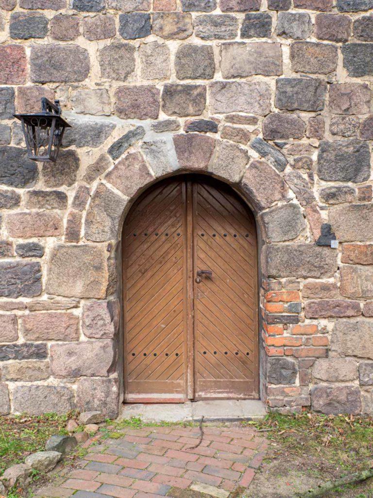 Stadtkirche Zahna-Elster. Portal mit Begleitbogen im südlichen Querschiff.